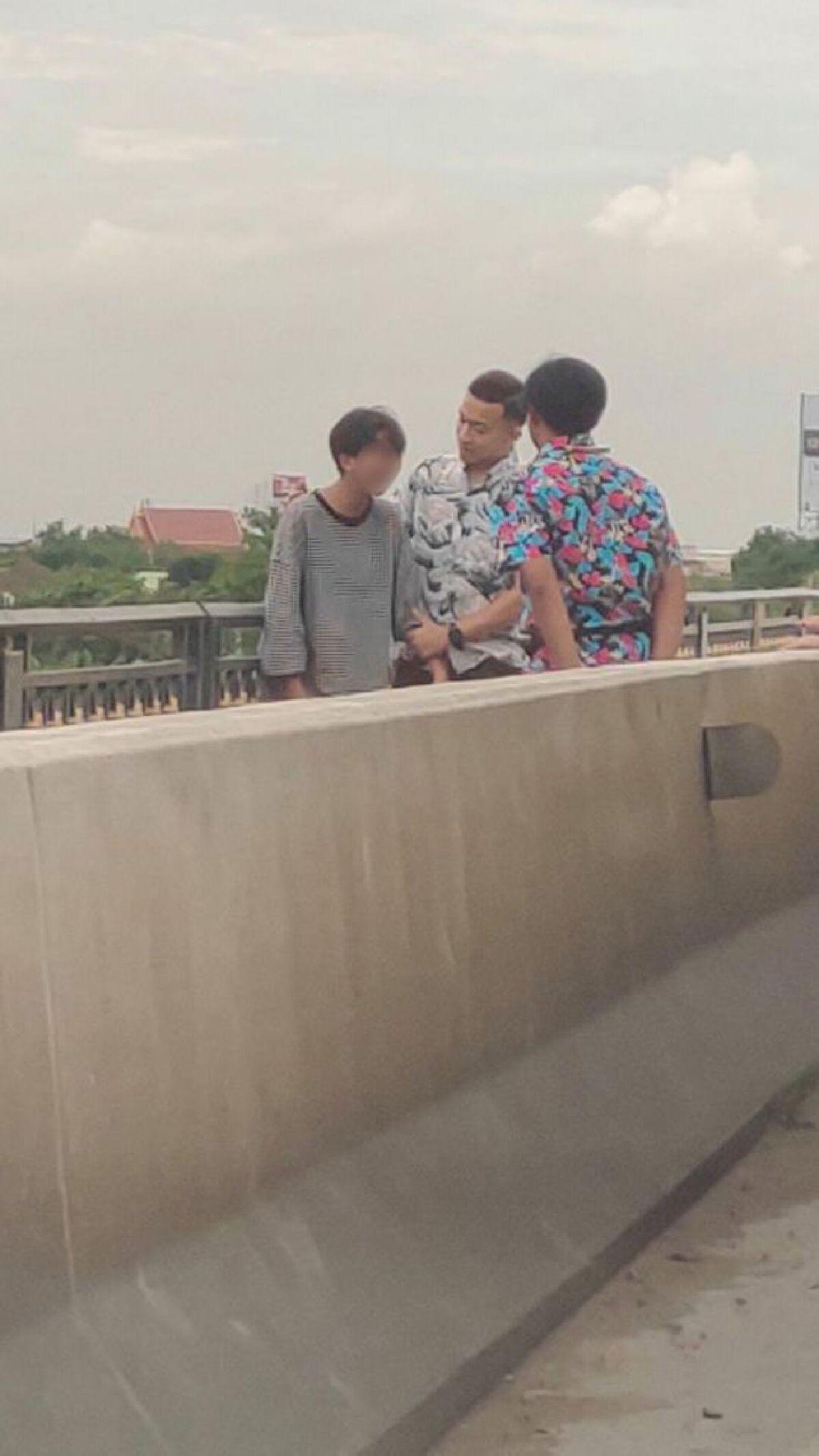 ชื่นชม! พลเมืองดีเข้าเกลี้ยกล่อม หลังเจอวัยรุ่นคิดสั้นนั่งบนราวสะพานพระราม 5