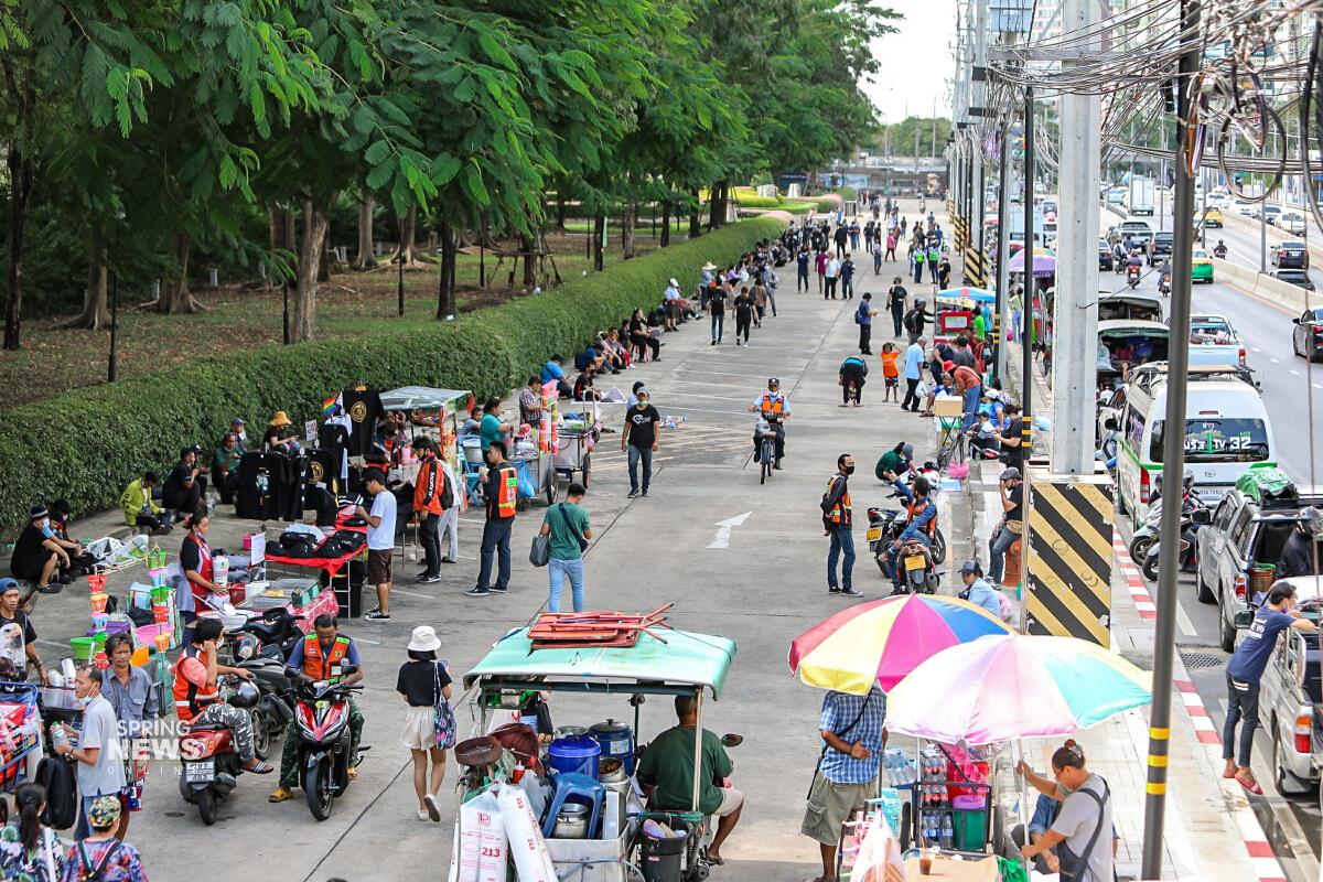 ห้ามเข้าพื้นที่ไทยพาณิชย์!! เจ้าหน้าที่ตรึงกำลังรับมือผู้ชุมนุมเย็นนี้ [ภาพเยอะ]