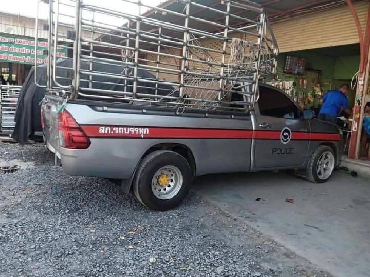 โซเชียลแห่แชร์ ภาพรถบรรทุก คาดลายคล้ายรถตำรวจ ถามทำแบบนี้ไม่ผิดหรอ?