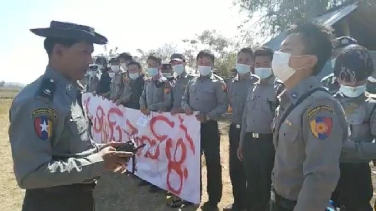 ตำรวจเมียนมาเลือกยืนข้างประชาชนต้าน รัฐประหารเมียนมา