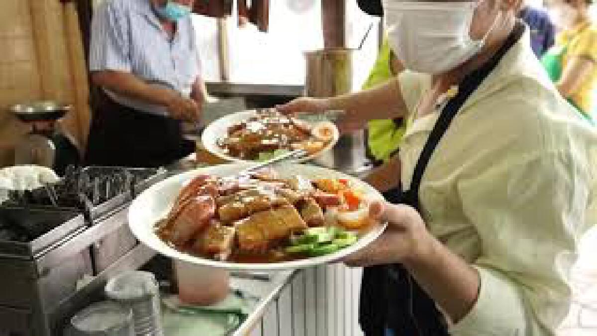 ของดีที่ไม่ควรพลาด ข้าวหมูแดงสีมรกต หอมเตาถ่าน ตำนานความอร่อยกว่า 70 ปี