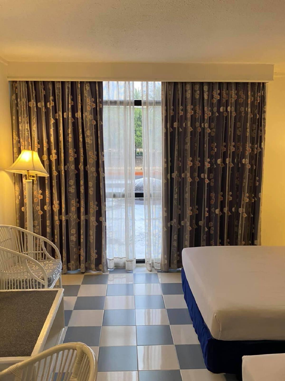 หนุ่มเซ็งรีวิวกักตัว กับโรงแรมที่รัฐจัดให้ เจอห้องสกปรก ขาแมลงในอาหาร