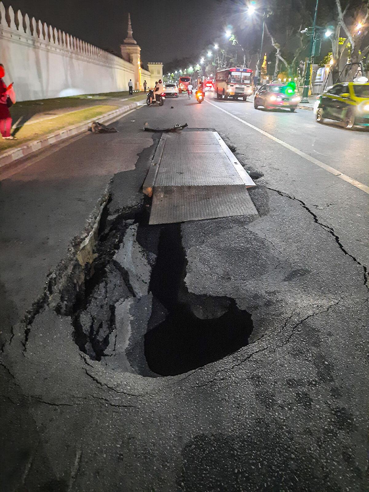 ถนนทรุดเป็นหลุมลึกกลางกรุง รถยนต์ขับผ่านไม่ทันระวังพังยับ