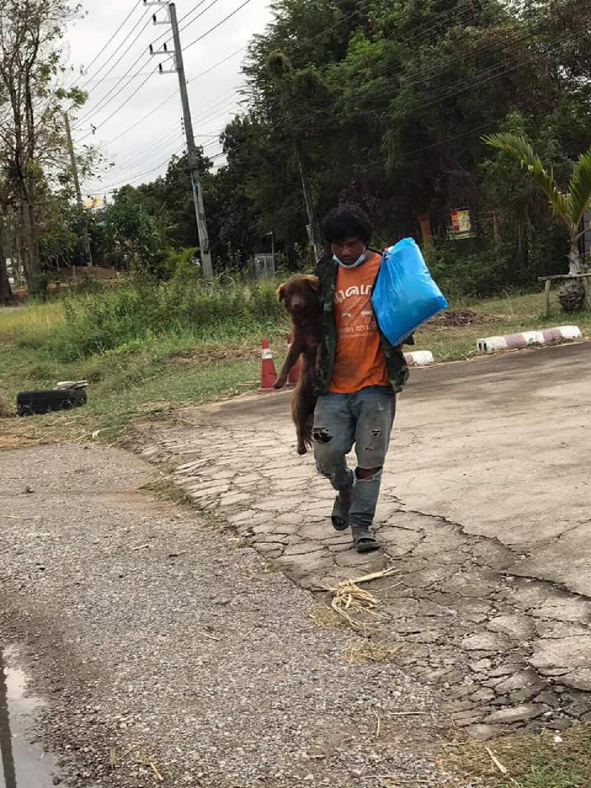 โซเชียลซึ้ง ชายกับหมาสุดรัก พากันเดินเท้าไป จ.เลย หวังกลับบ้านไปทำงาน
