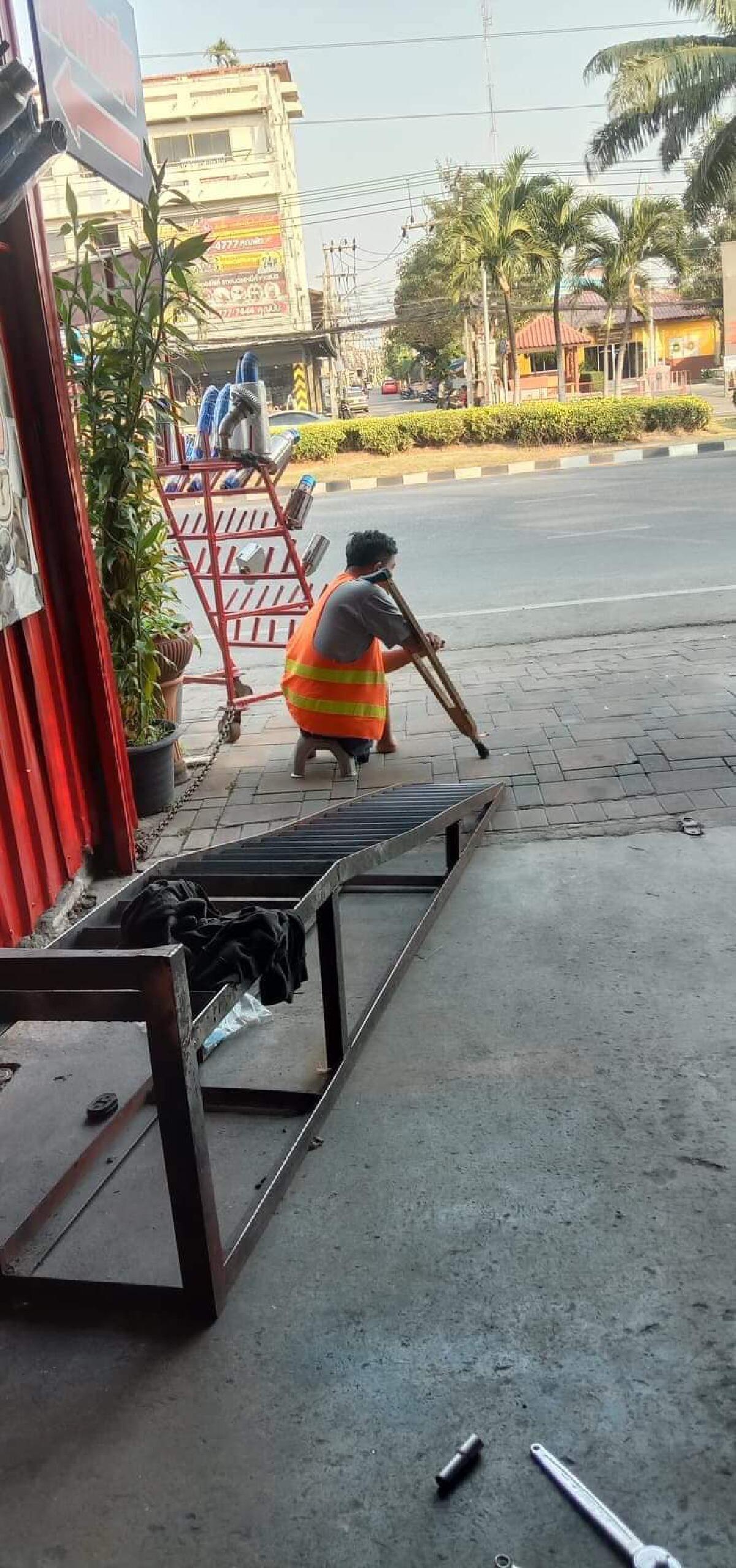 โซเชียลแห่ชื่นชม ร้านท่อรถยนต์ ช่วยซ่อมท่อมอไซค์ให้ชายพิการไม่คิดตัง