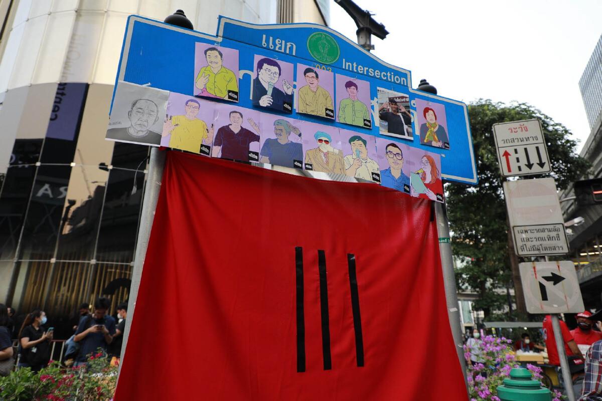 ประมวลภาพ  ม็อบ 24 มีนาคม ยึดพื้นที่ปักหลักชุมนุมสี่แยกราชประสงค์