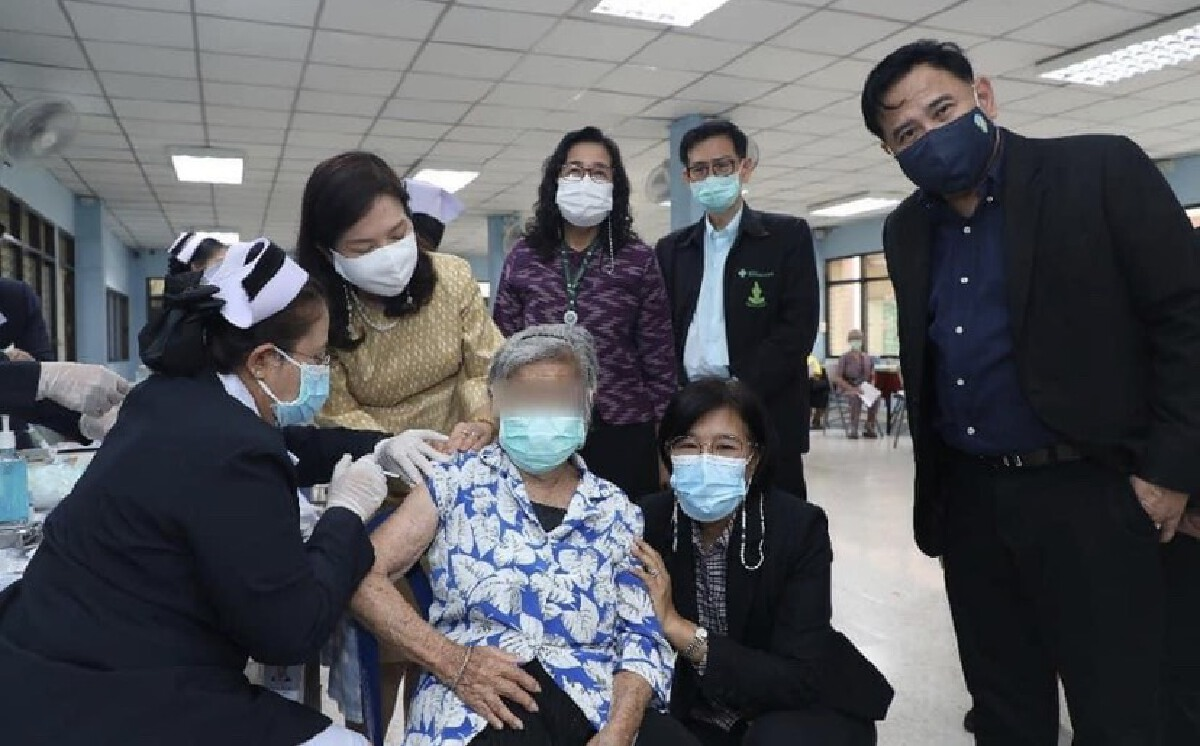 ผู้สูงอายุบ้านบางแค 1 - 2 รวม 116 คน ได้รับวัคซีน