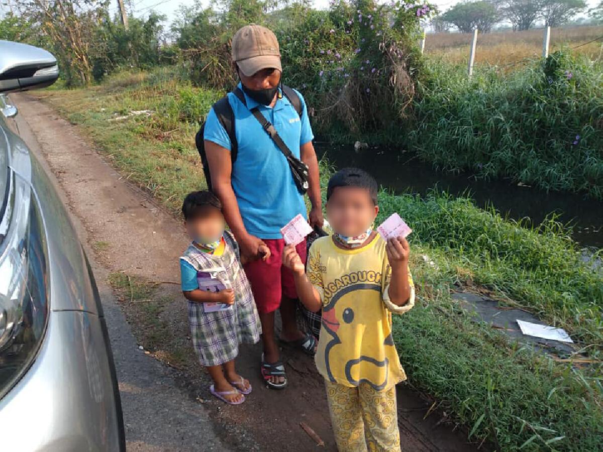 สุดสงสาร พ่อหอบลูกน้อย 2 คนเดินเท้าหวังกลับบ้านไปทำงานหลังถูกภรรยาทิ้ง