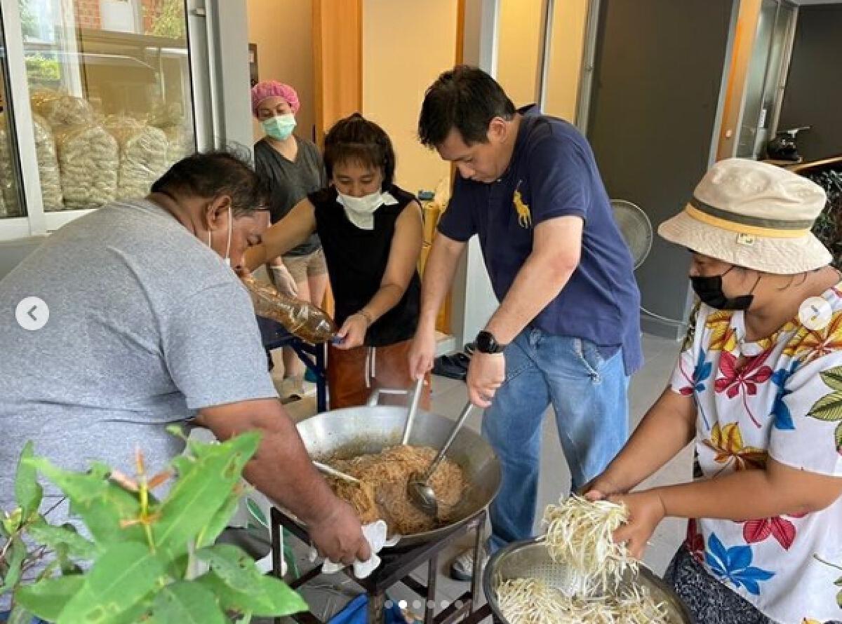 นก จริยา เปิดโรงครัว ทำอาหารให้บุคลากรทางการแพทย์สู้ภัยโควิด-19
