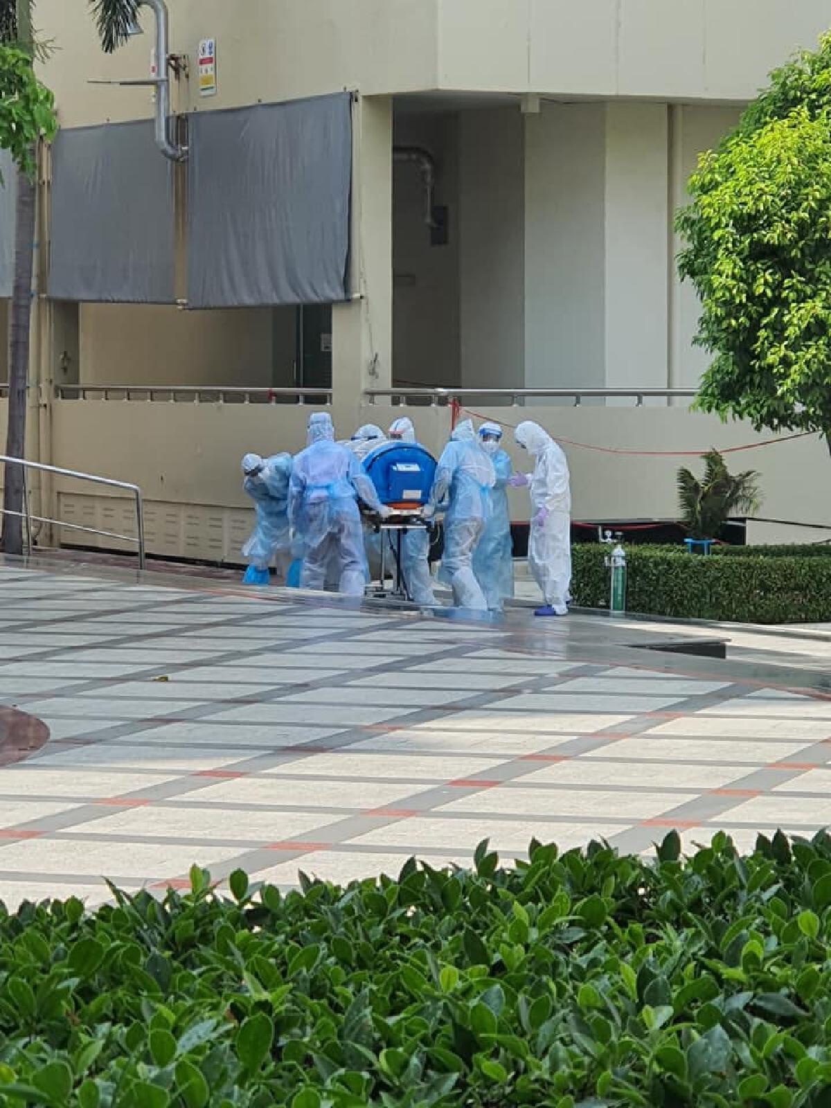เจ้าหน้าที่ถึงกับลมจับคาชุด PPE เจอเคสสุดหิน หามผู้ป่วยโควิด19 หนัก 100 กก.