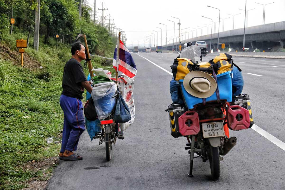 หนุ่มนักเดินทางถึงกับปันน้ำใจ หลังเจอลุงปั่นจักรยานเก็บขยะริมถนน