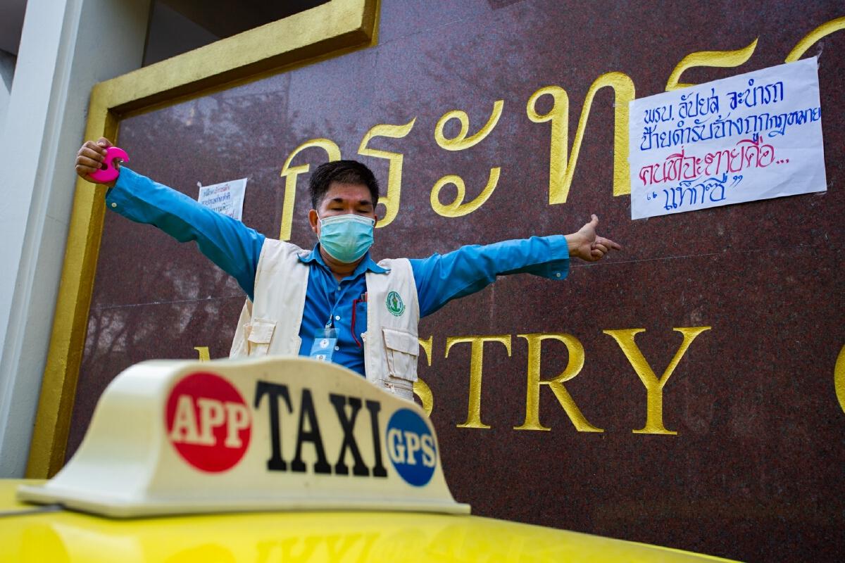 ม็อบแท็กซี่บุกคมนาคม! 'ศักดิ์สยาม' ยังไม่เข้ากระทรวง