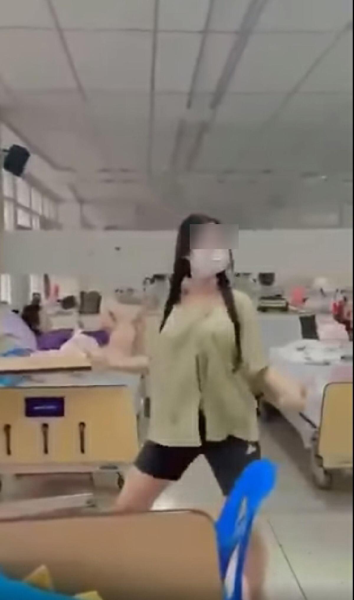 สาวติดโควิด เปิดเพลงเต้นสนั่นโรงพยาบาลสนามไม่แคร์ผู้ป่วยเตียงข้างๆ