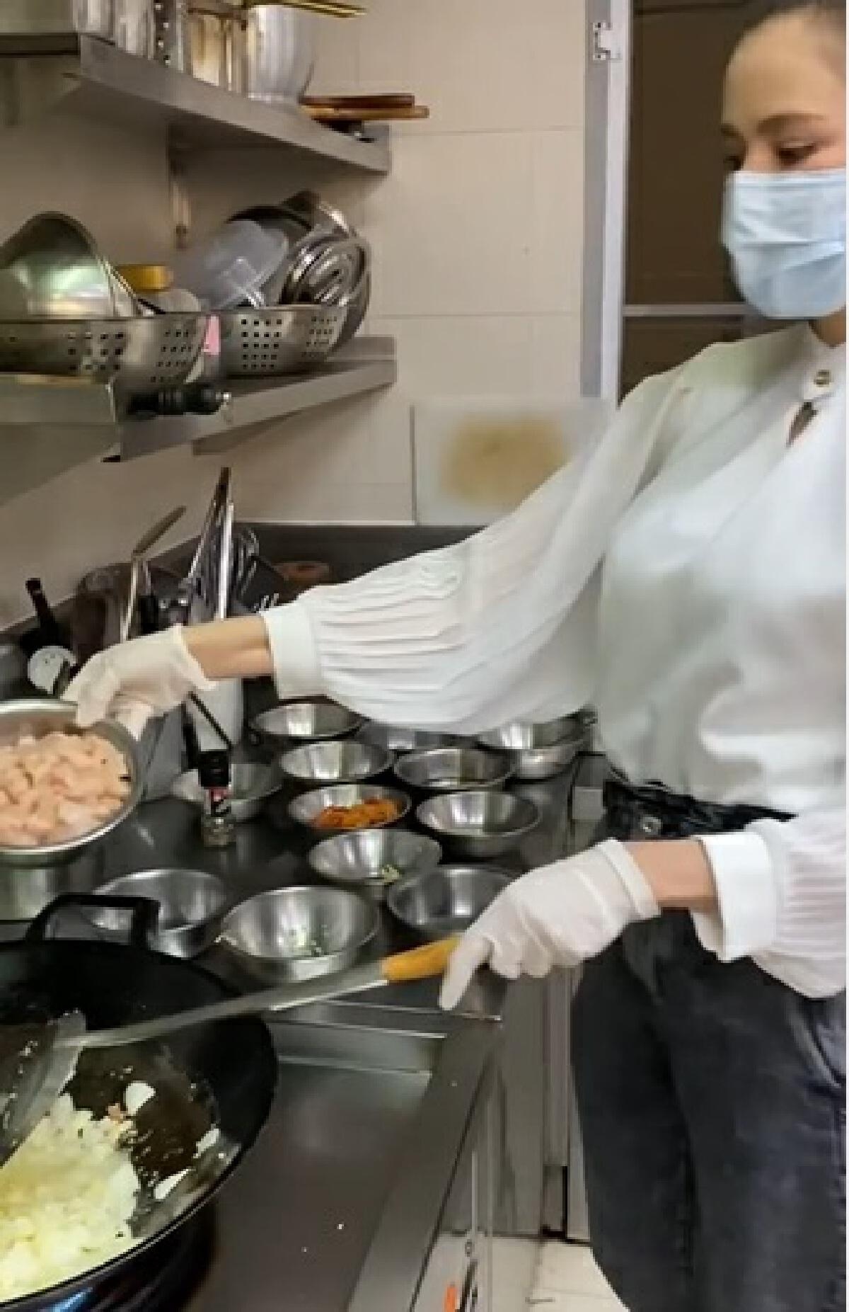 ศรีริต้า เจนเซ่น เข้าครัวทำอาหารเมนูโปรด มอบให้ทีมแพทย์โรงพยาบาลศิริราช