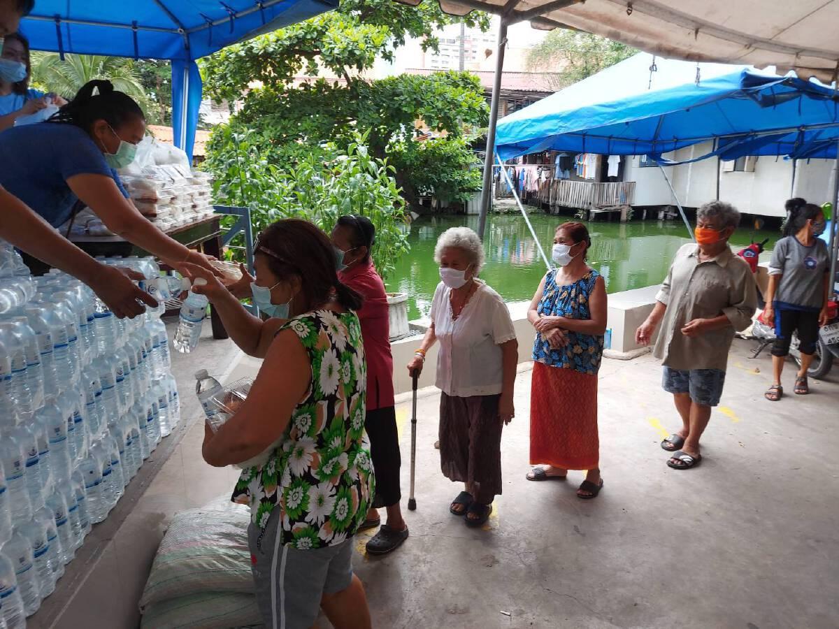 """""""กลุ่มไทยชนะ"""" นำอาหารแจกชุมชนหลังวัดมักกะสัน ที่มีผู้ติดเชื้อโควิด-19"""