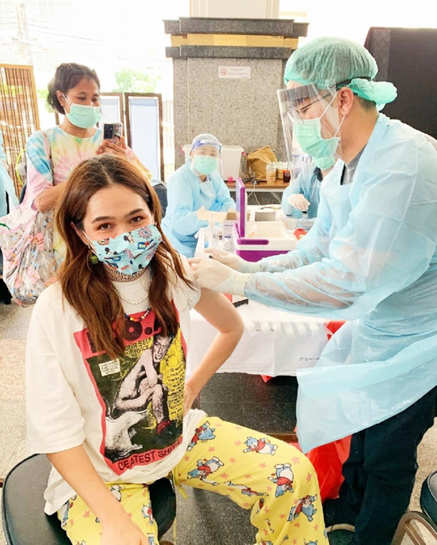ชมพู่ อารยา ตัวอย่างที่ดี! เข้ารับการฉีดวัคซีนโควิด-19 เข็มแรกแล้ว