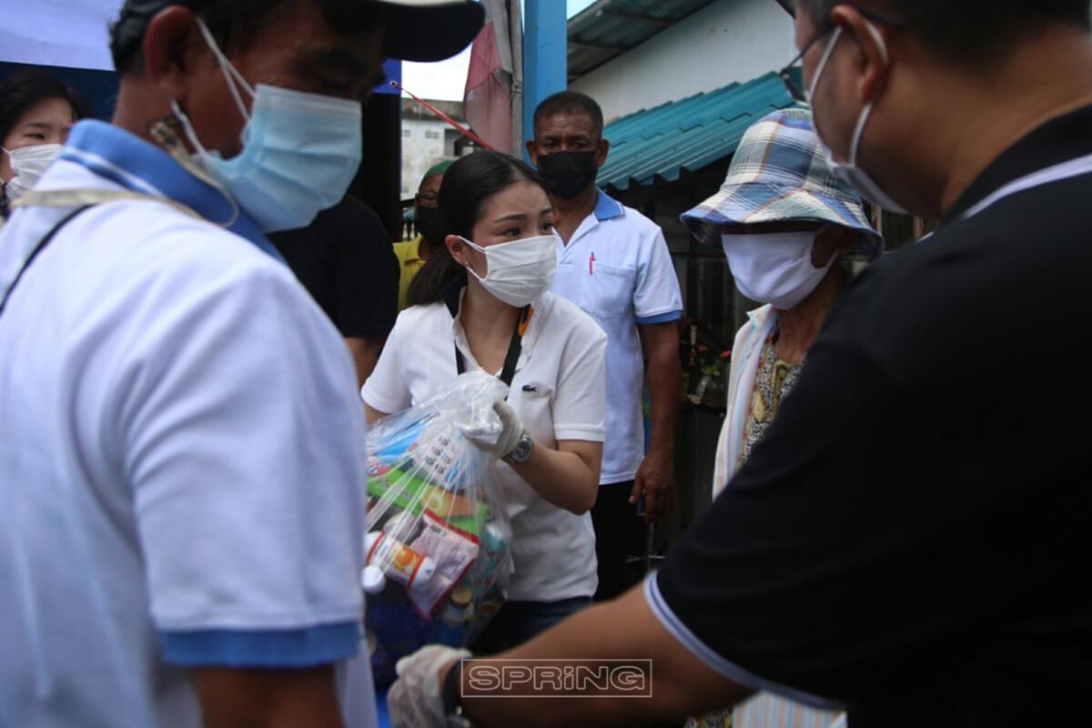 ฉาย บุนนาค นำทีมมอบถุงยังชีพช่วงเหลือชาวบ้าน ชุมชนริมคลองหัวหมากน้อย