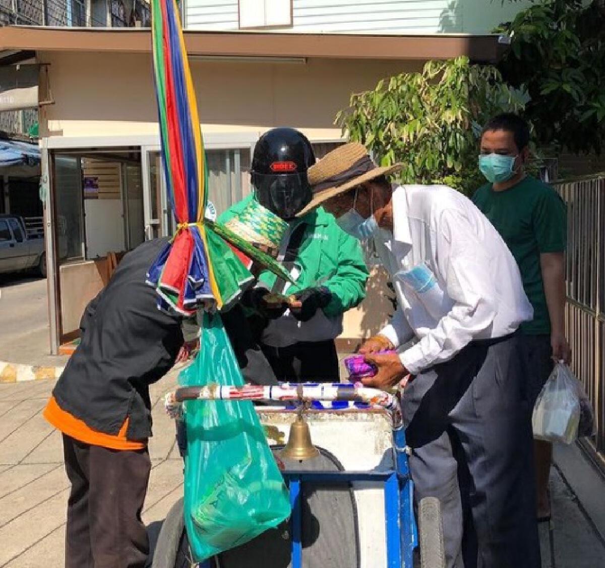 กาละแมร์ พัชรศรี ช่วยคุณลุงไอติมโบราณ ด้วยการเหมาไอติม แจกชาวบ้านในชุมชน