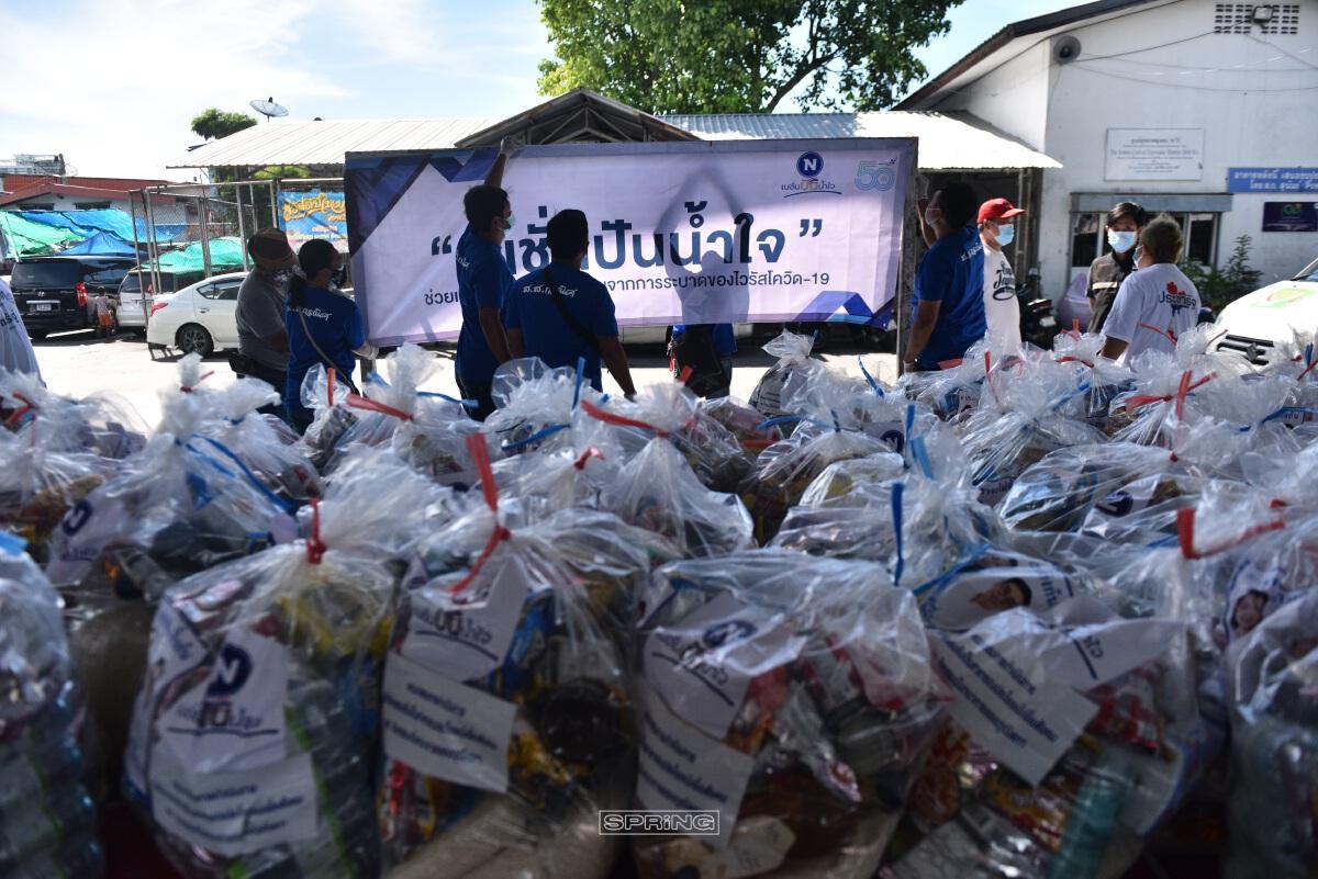 คณะผู้บริหารเนชั่น พร้อมคณะสมาชิกวุฒิสภา แจกถุงยังชีพ ให้แก่ชุมชน70ไร่