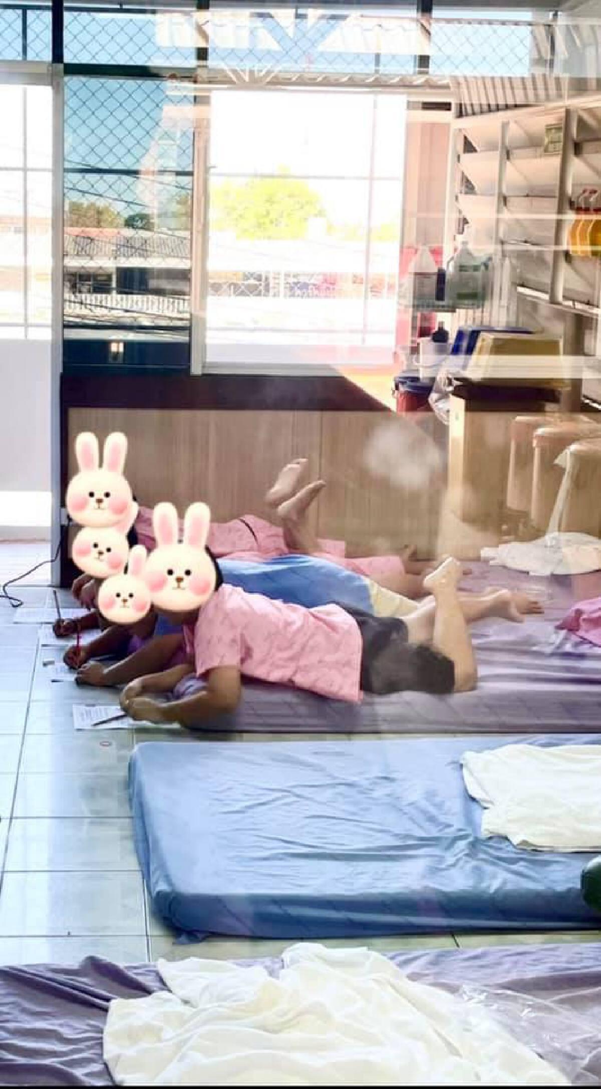 ทีมแพทย์พยาบาล รับบทเป็นคุณครู สอนเด็กนักเรียนติดโควิด ในห้องความดันลบ