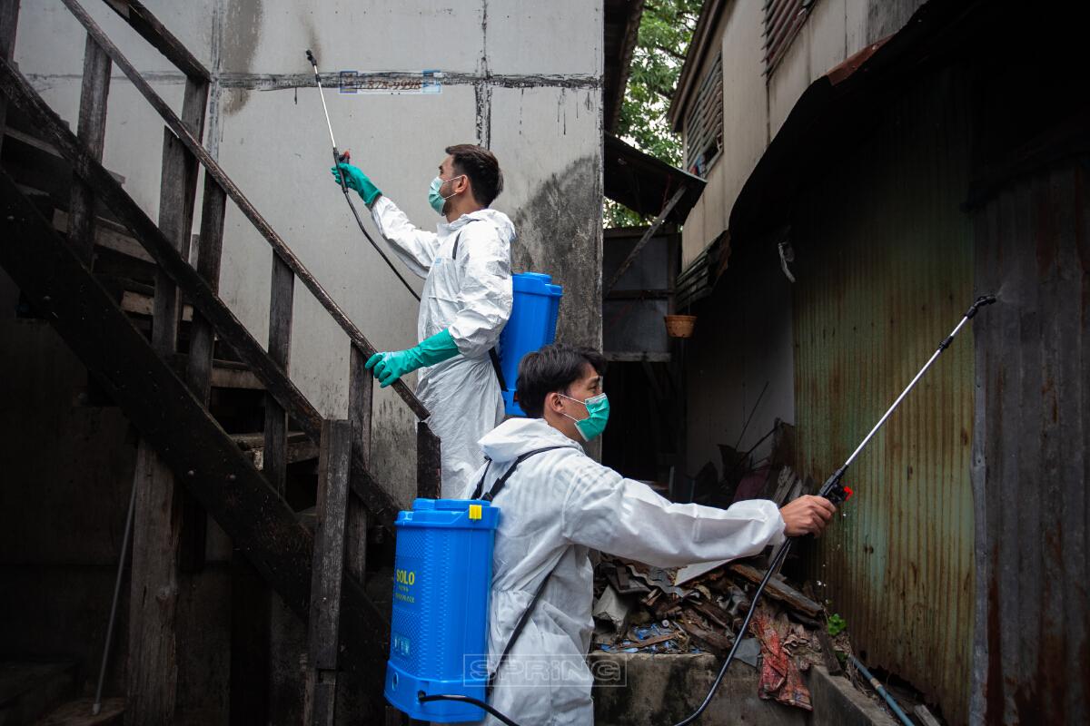 พ่นยาฆ่าเชื้อ! ชุมชนโค้งรถไฟยมราช ป้องกันการแพร่ระบาดโควิด-19