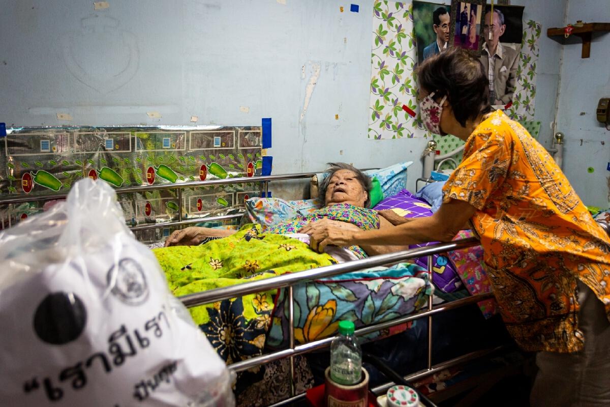 ถอดบทเรียนคลัสเตอร์ทองหล่อ โดย นิวยอร์กไทม์ส ระบาดคนรวย คนจนรับผลกระทบ