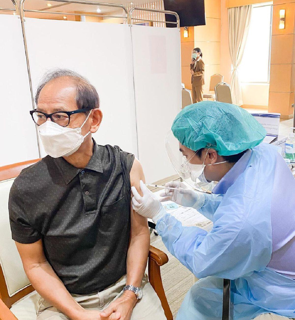 หมอโอ๊ค สมิทธิ์ สุดภูมิใจ ได้ฉีดวัคซีนป้องกันโควิด-19 ให้พ่อแม่ด้วยตัวเอง