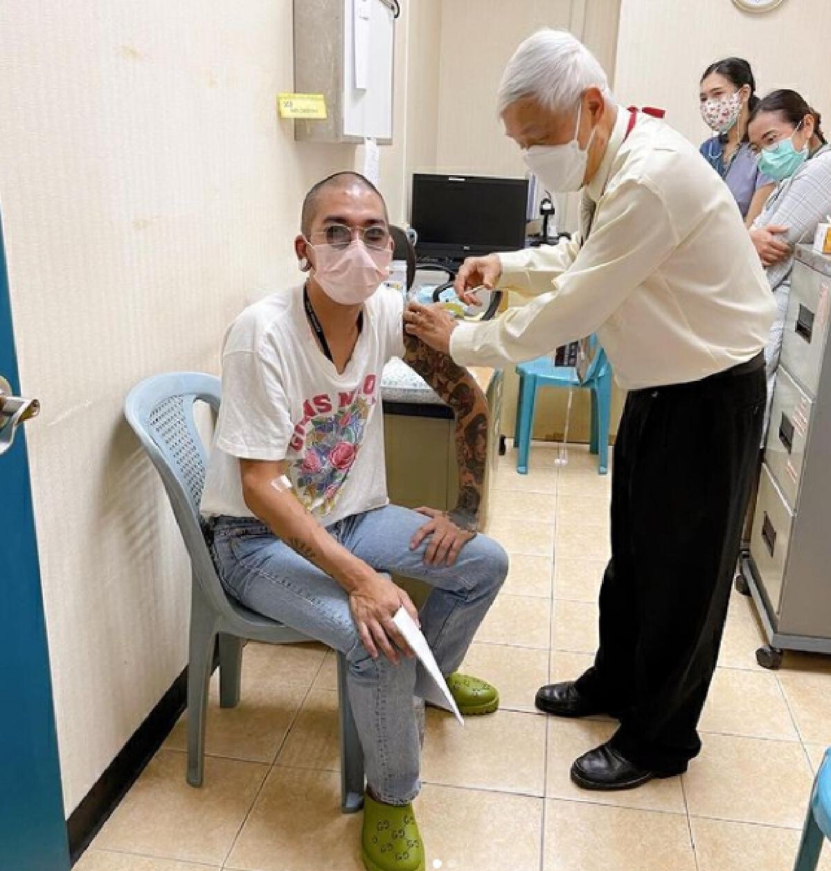 แจ๊ส ชวนชื่น เข้าฉีดวัคซีน พร้อมร่วมโครงการวิจัยของหมอยง