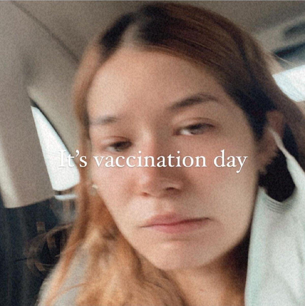 วี วิโอเลต ไข้ขึ้นสูง หลังฉีดวัคซีนแอสตร้าเซนเนก้า บอกเจ็บไปหมดทั้งตัว