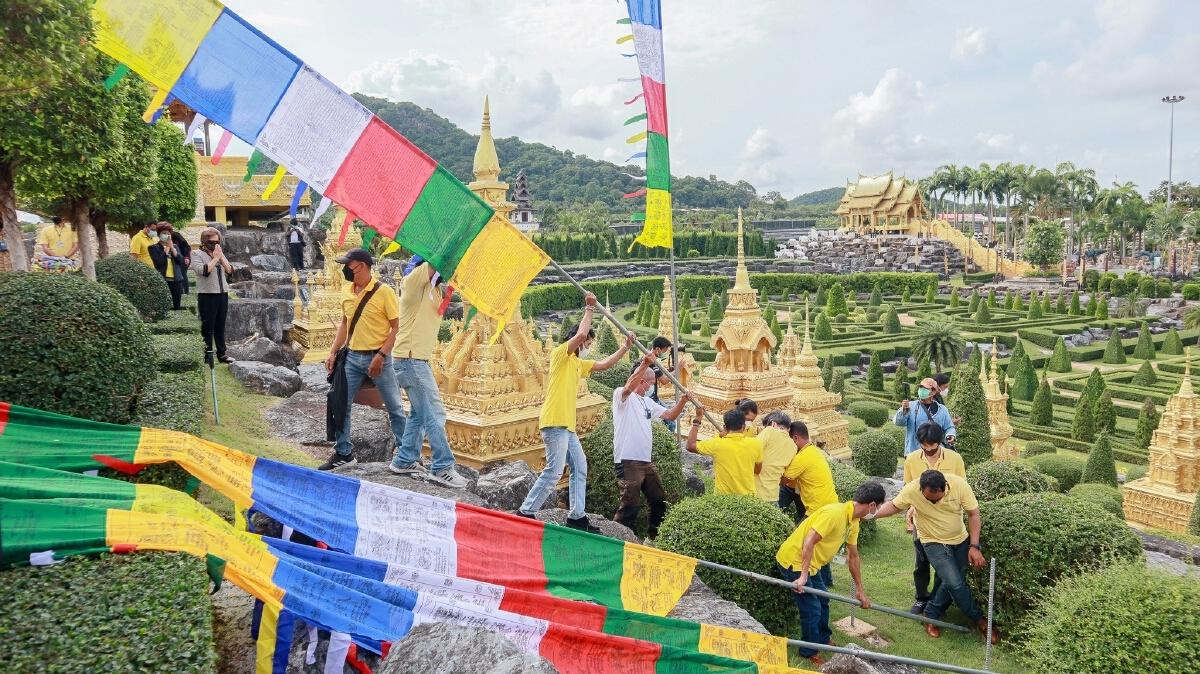 """สวนนงนุชพัทยา ทำพิธีเปลี่ยน """"ธงมนตรา"""" สัญลักษณ์แห่งโชคลาภ 9 ผืน จากภูฏาน"""