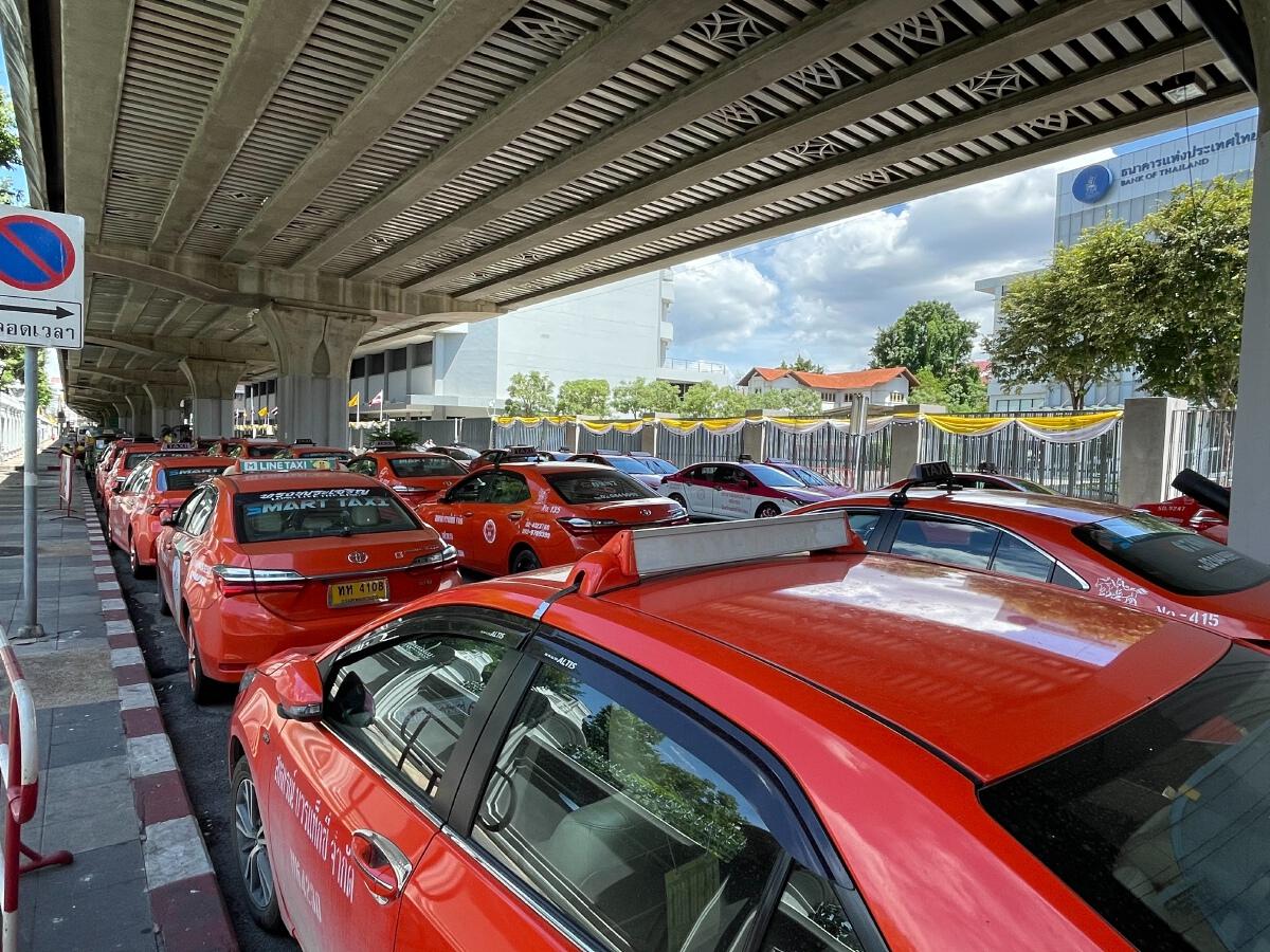 """""""ม็อบแท็กซี่"""" สุดทน รัฐไม่เยียวยาโควิด ขู่นำรถ 5 พันคันยึดสถานที่ราชการ"""