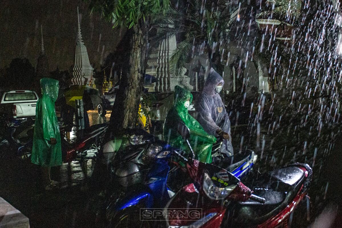 จุดตรวจเชิงลึกโควิด-19 วัดบางขุนเทียนนอก ประชานชนเรอบัตรคิวทกลางสายฝน