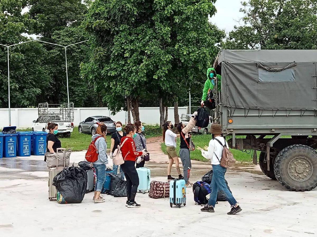 ผวาหนัก! หญิงไทย 10 รายลักลอบข้ามแดน ที่แม่สอด ซุกไร่ข้าวโพด ติดโควิดทุกคน