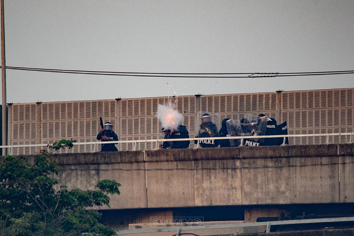ตำรวจยิงกระสุนยาง