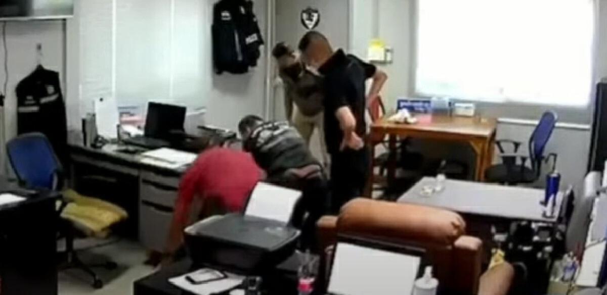"""คลิปเต็ม 10 นาที เหตุการณ์ """"ผู้กำกับโจ้"""" ใช้ถุงคลุมหัวผู้ต้องหา"""
