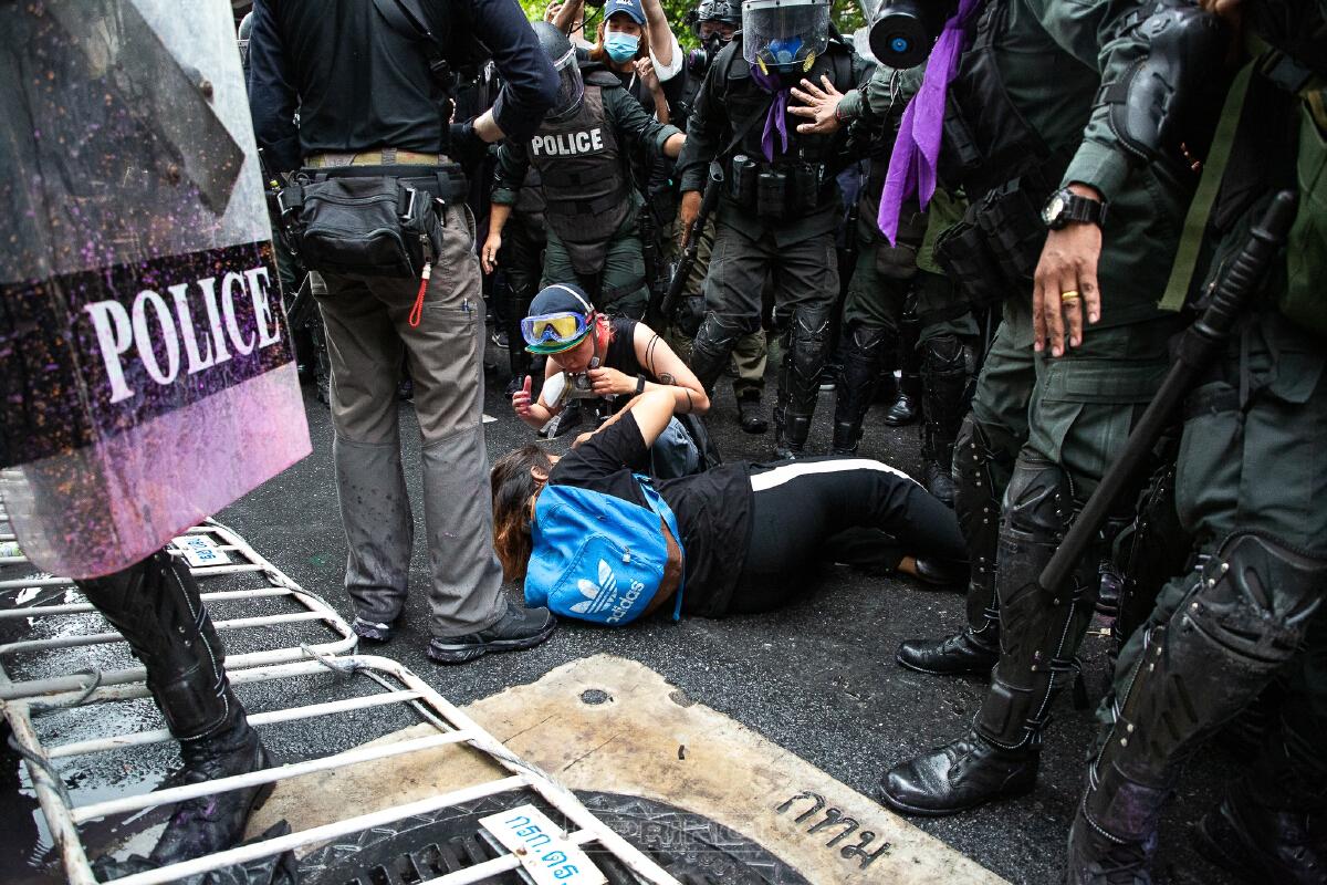 ผู้ชุมนุมปะทะตำรวจ