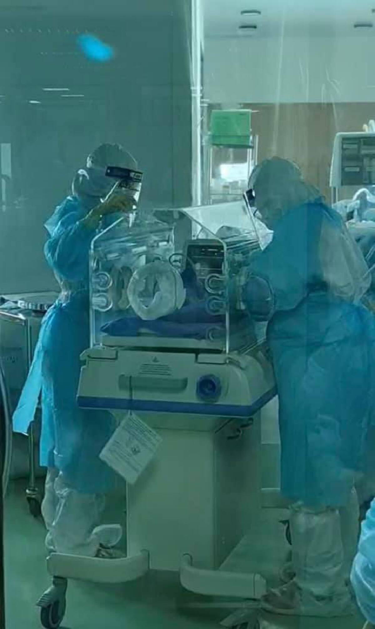 """บีบหัวใจ """"ทีมแพทย์"""" กว่า 15 ชีวิต ช่วยเหลือหญิงตั้งครรภ์ติดโควิดพร้อมทารก"""