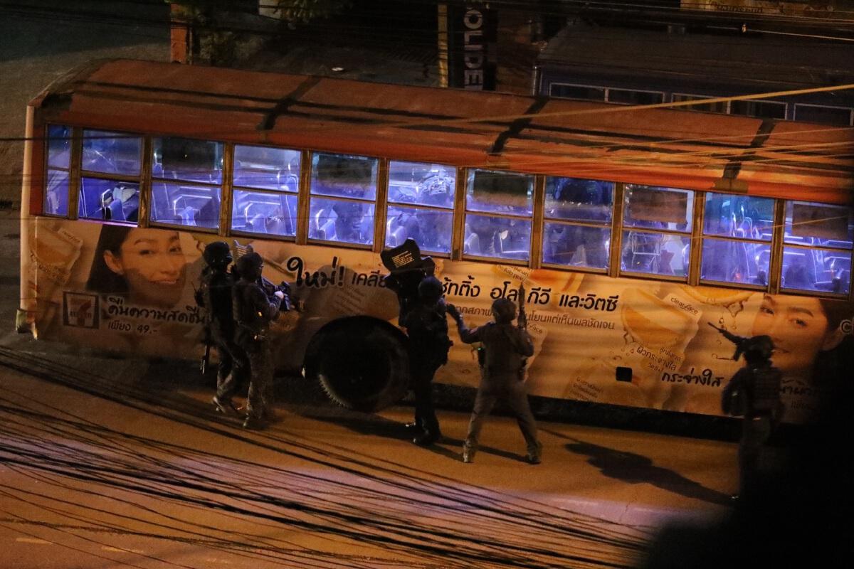 ไล่เรียงไทม์ไลน์ ชายคุ้มคลั่งใช้ปืนจี้คนขับรถเมล์สาย 8 เป็นตัวประกัน