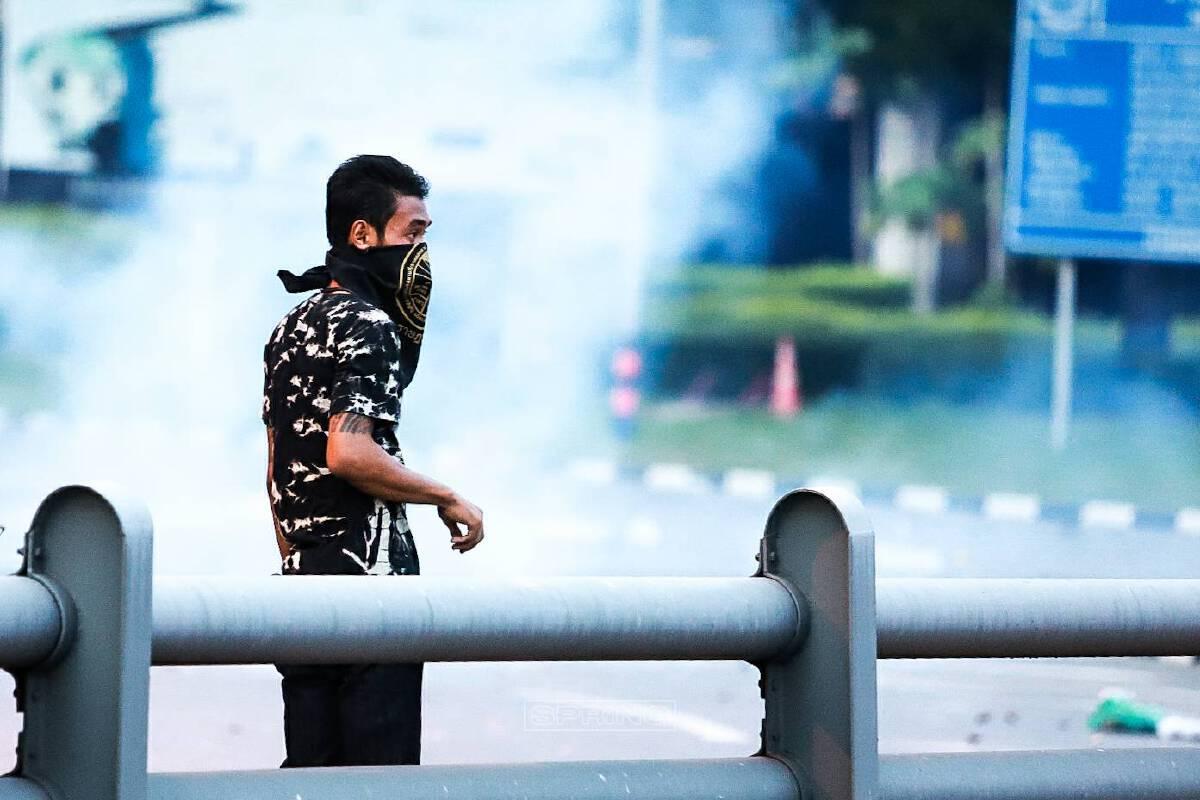 เกิดเหตุวุ่นวาย-กลุ่มมวลชนวัยรุ่น-ปะทะกับตำรวจควบคุมฝูงชน-มียิงแก๊สน้ำตา