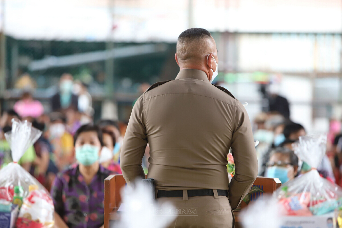 ตำรวจนครบาล แจกถุงยังชีพให้ ชาวแฟลตดินแดง