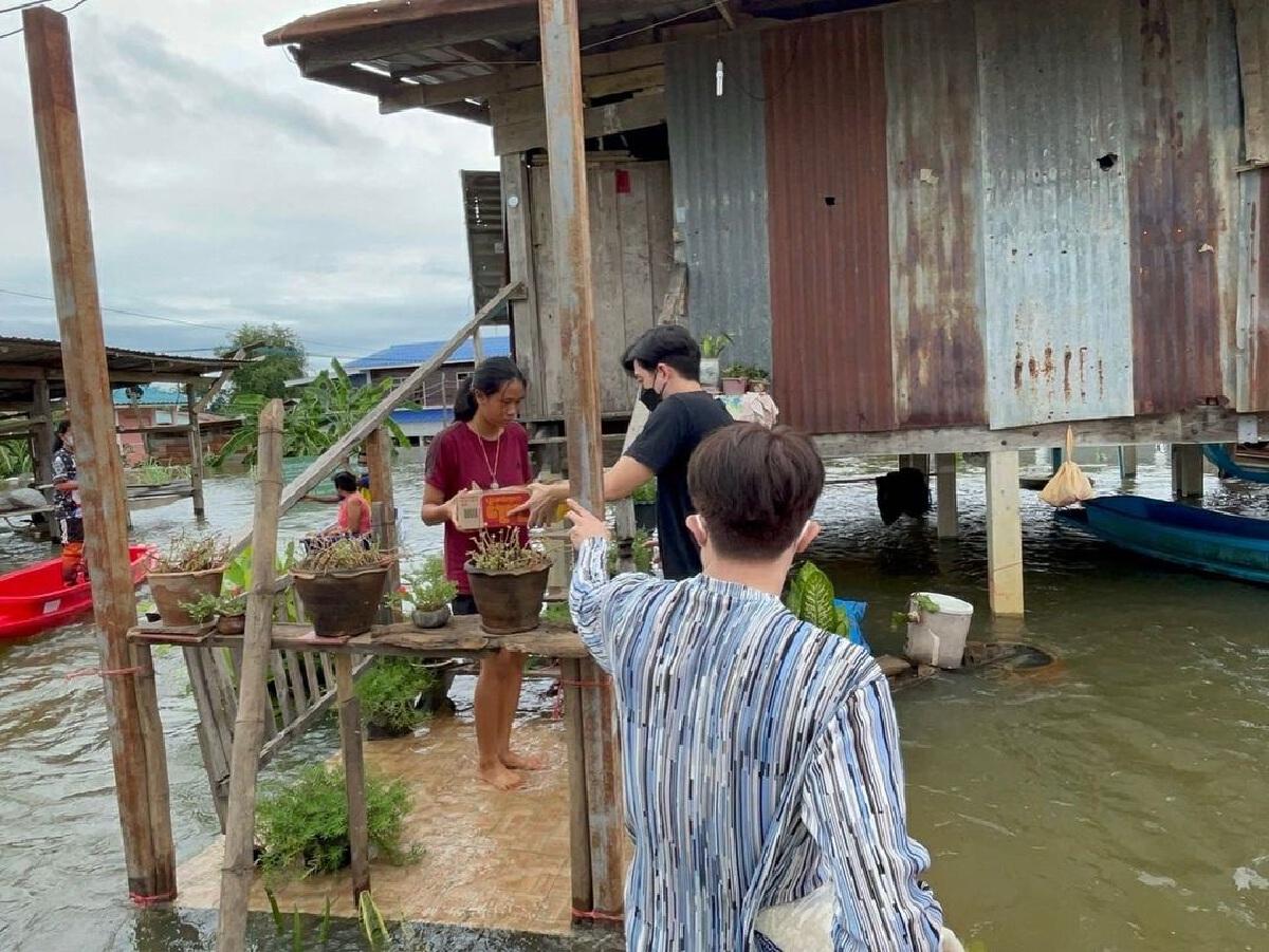 ฟิล์ม รัฐภูมิ ลงพื้นที่แจกข้าวสาร อาหารแห้ง ช่วยผู้ประสบภัยน้ำท่วมสุโขทัย