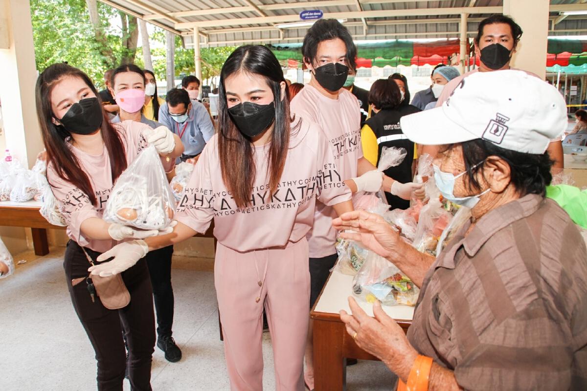 กระแต อาร์สยาม เดินหน้าช่วยเหลือชาวบ้าน แจกถุงม่วนใจ๋กว่า 500 ชุด