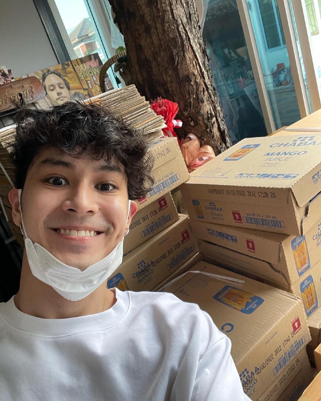 เก้า จิรายุ แพ็คถุงยังชีพเดือนที่ 5 ส่งให้ผู้เดือดร้อนจากโควิดทั่วประเทศ