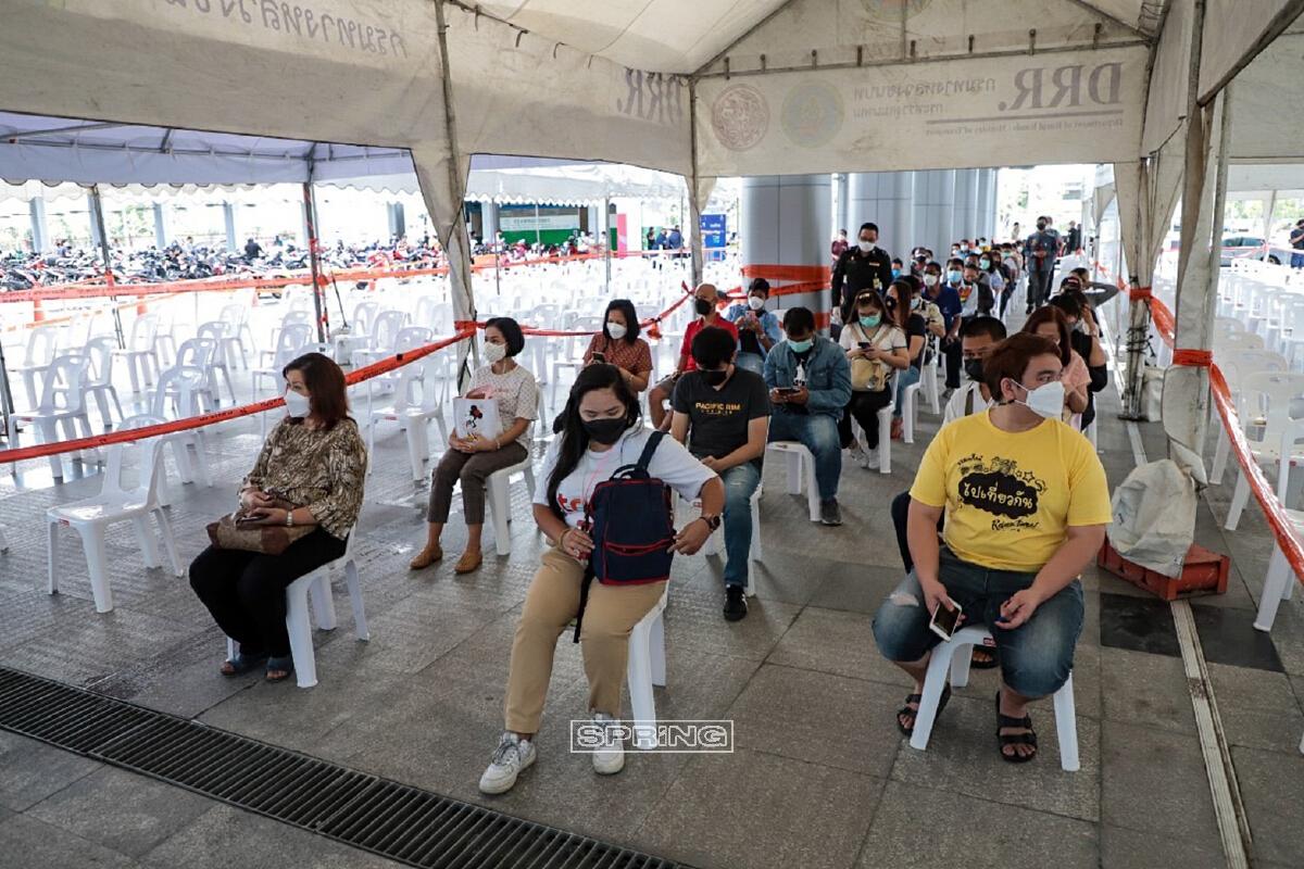 คนรอเข้าไปฉีดวัคซีน
