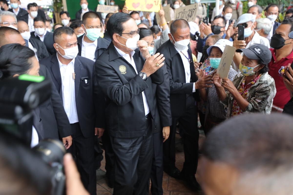 พล.อ.ประยุทธ์ จันทร์โอชา ลงพื้นที่ติดตามสถานการณ์น้ำท่วม