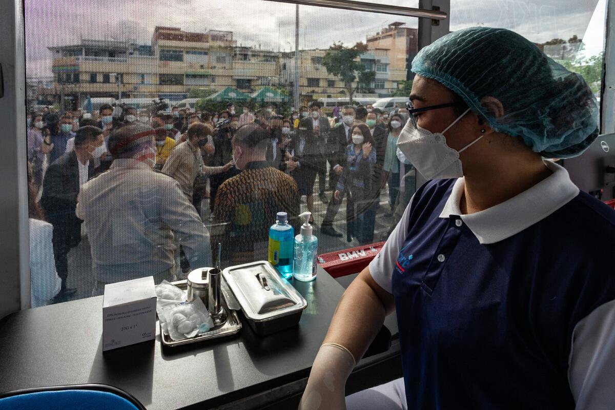 กทม.รับมอบรถฉีดวัคซีนเคลื่อนที่ BMV 6 คัน จาก 6 หน่วยงาน