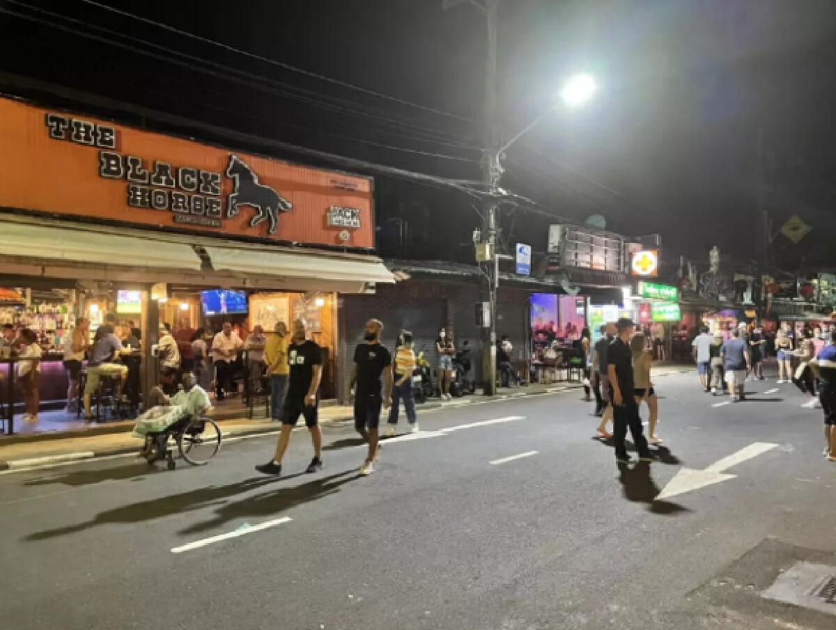 ป่าตองคืนชีพ หลังปลดล็อกให้ขายและนั่งดื่มแอลกอฮอล์ในร้านอาหารได้