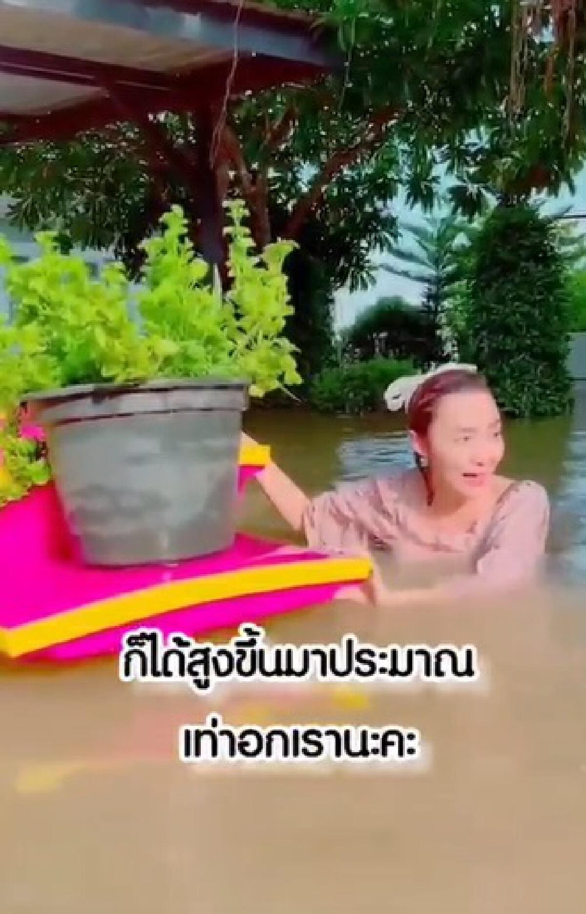 ต้อม ณหทัย ว่ายน้ำโชว์! บ้านถูกน้ำท่วมหนัก แถมบ้านเรือหลักล้านล่มคาตา