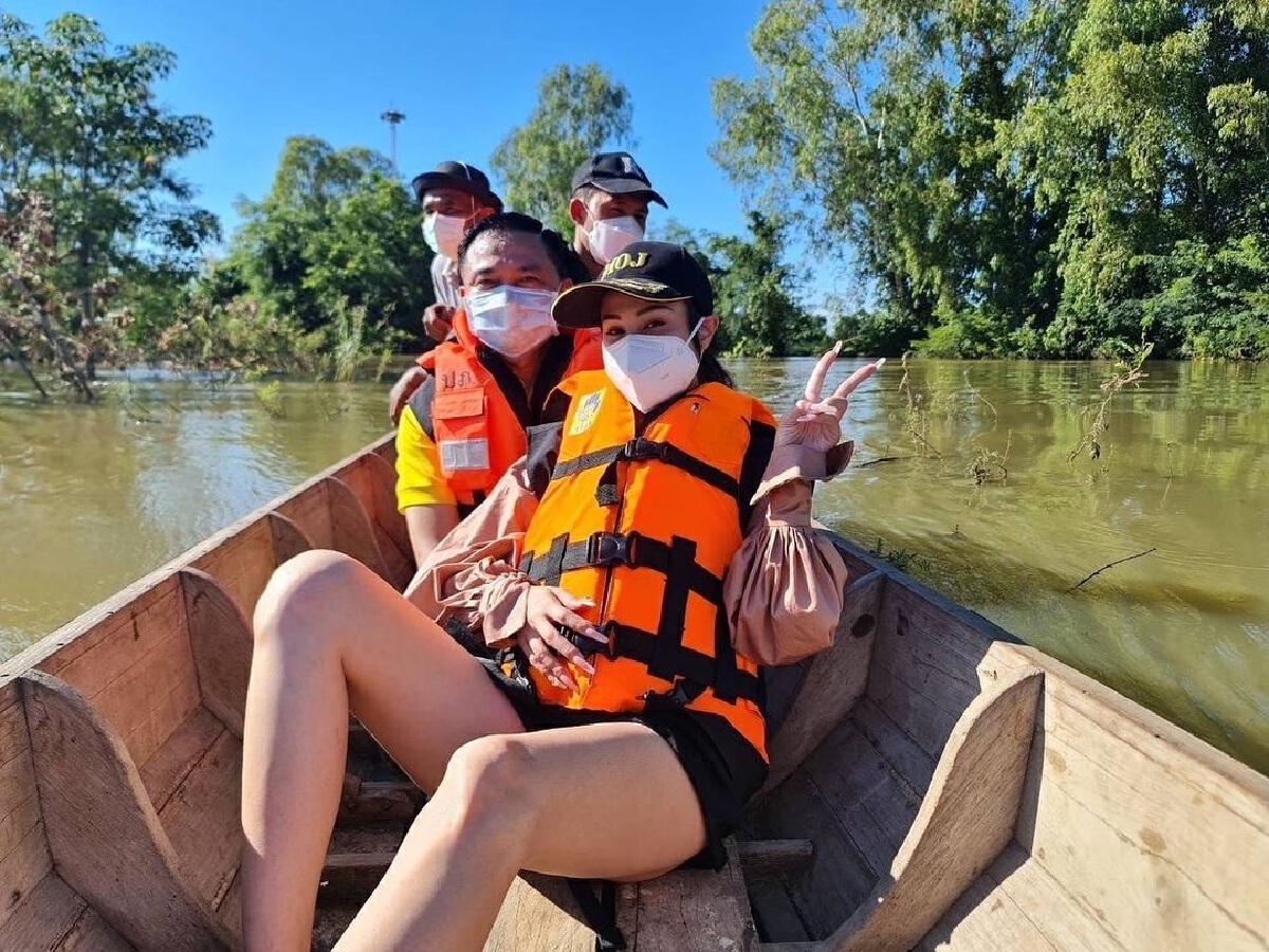 ขวัญ อุษามณี นั่งเรือลุยน้ำท่วม แจกถุงยังชีพให้ชาวบ้านในจ.สุโขทัย