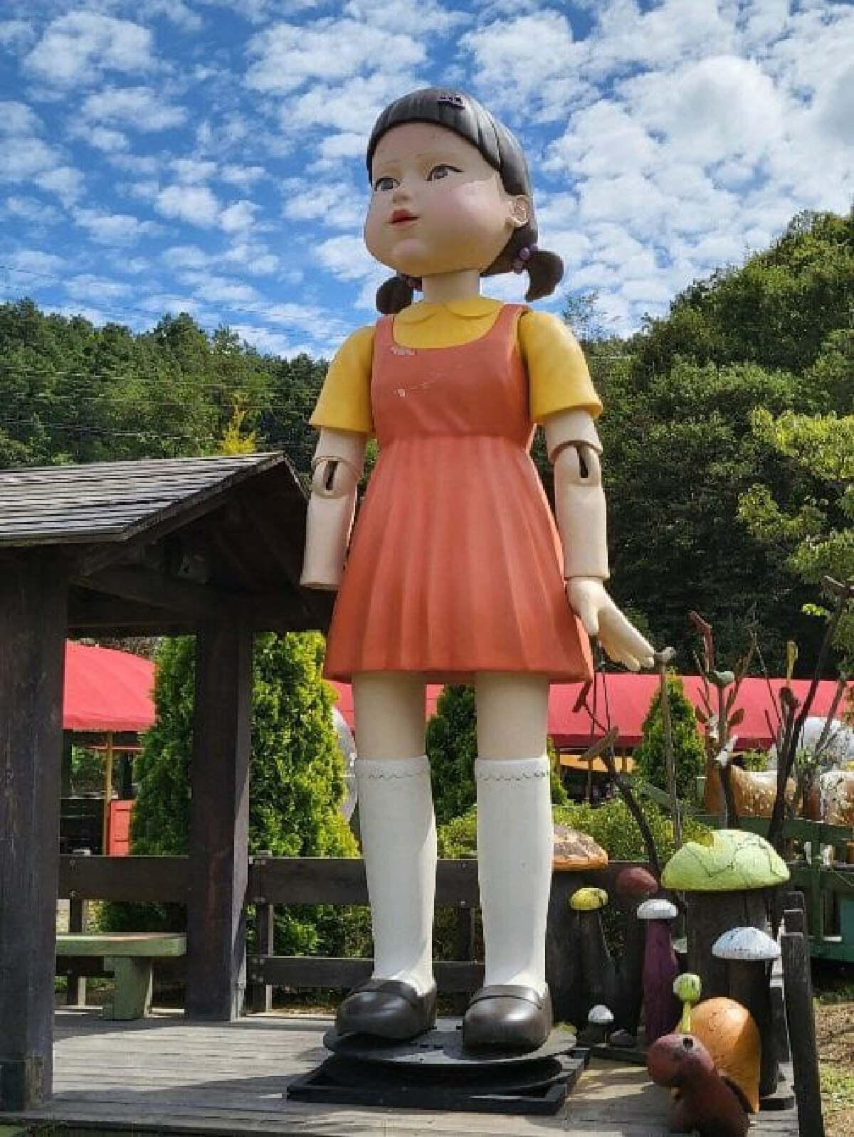 หุ่นตุ๊กตาเด็กผู้หญิง ซีรี่ส์ Squid Game  ของจริง แขนหายไป